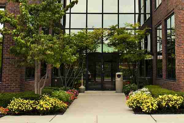 3 ways to beautify your office from the outside in aden for Commercial landscaping